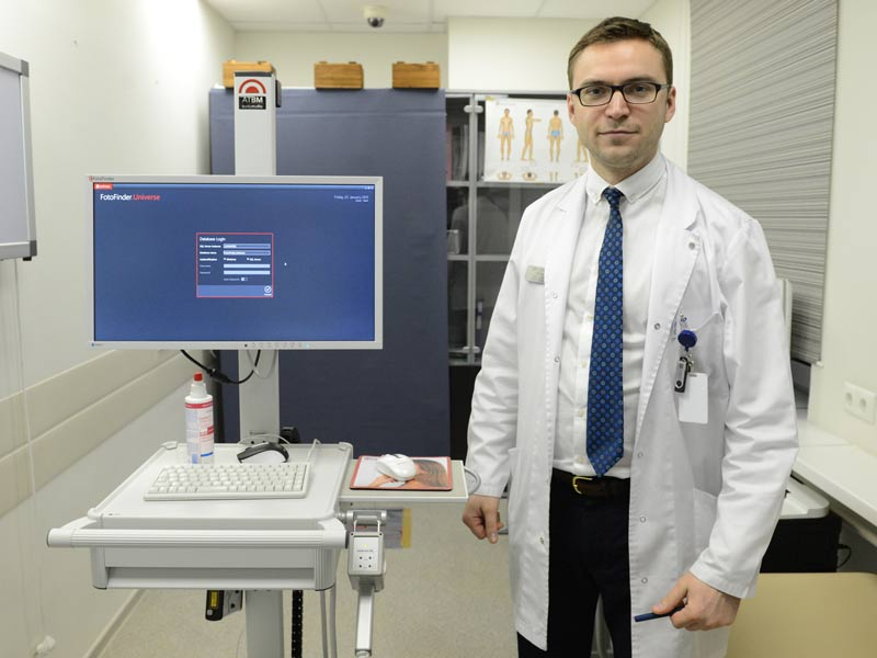 проверка родинок лица и тела у онколога на аппарате фотофайндер